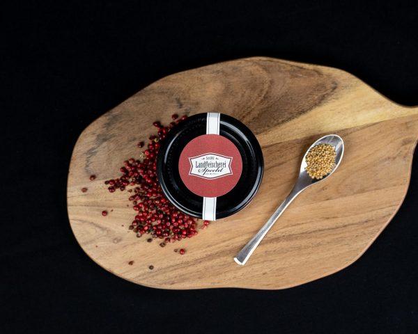 Rosenpfeffer auf einem rustikalen Holzbrett