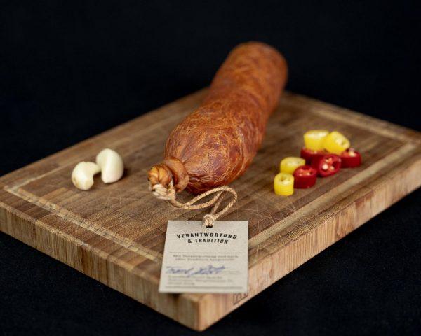Schlackwurst traditionell hergestellt auf einem rustikalen Holzbrett
