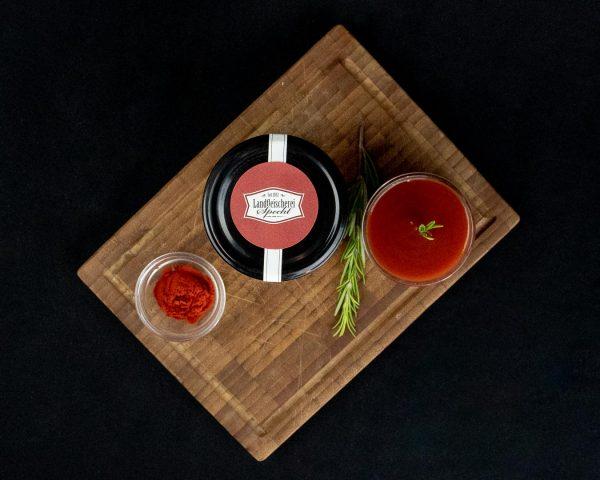 Tomatensoße und Rosmarin dekorativ