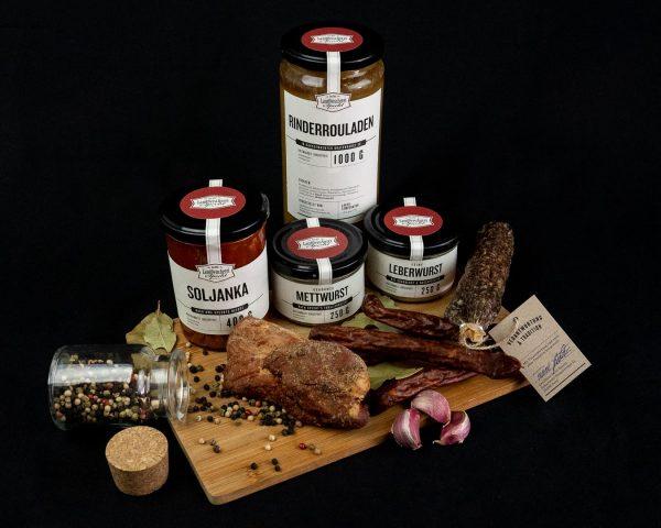 Großes Wurstpaket dekorativ platziert; Salami luftgetrocknet, Whiskey Nussknacker, Pfefferfilet von einer Landfleischerei