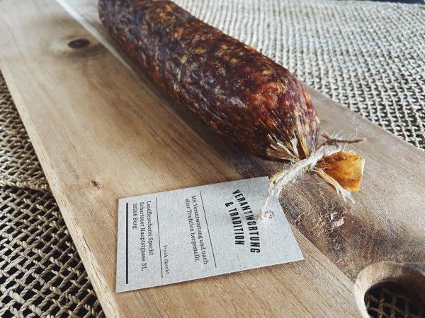 Rindersalami auf einem rustikalen Holzbrett