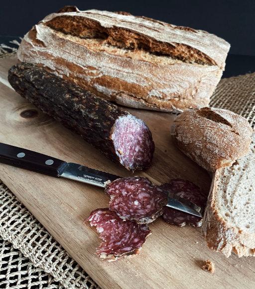 Lammsalami aufgeschnitten mit Brot