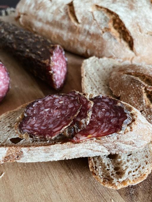 Rindersalami aufgeschnitten mit Brot