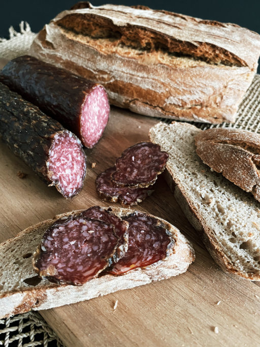 Wildsalami aufgeschnitten mit Brot